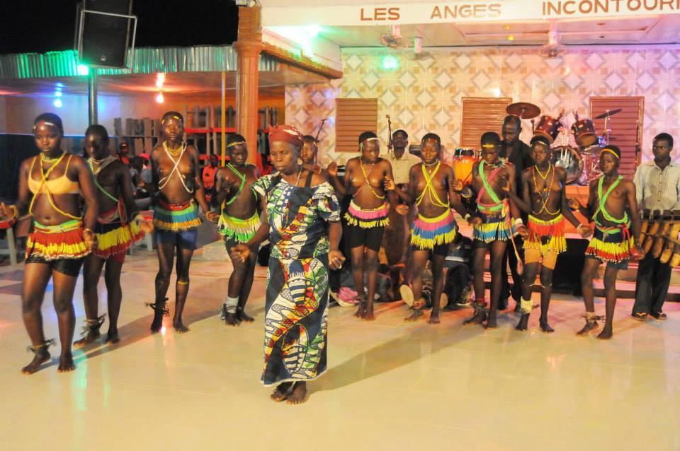 Filles initiées Mboum. Au 1er plan, la matrone. elles ne sont pas excisées comme les autres peuples du Tchad. Crédit Capture d´écran ONRTV