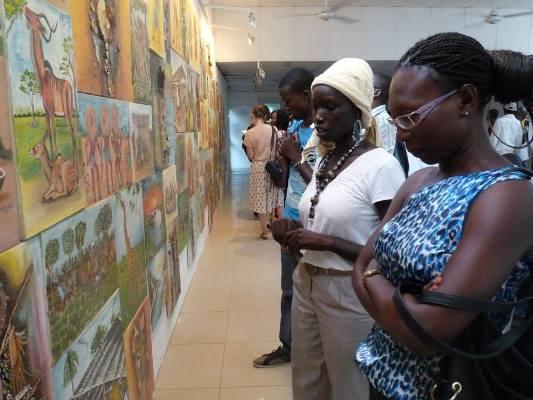 En blanc, Salma Khalil, une artiste-peintre et blogueuse tchadienne