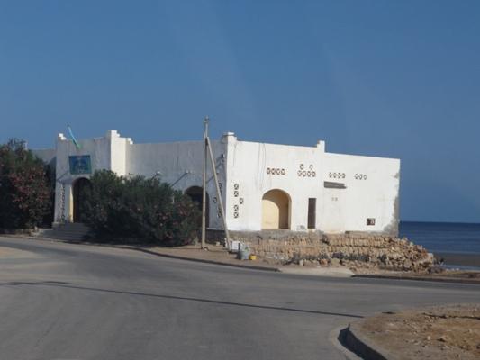 Derrière la Sous-préfecture d´Obock, la mer et le point de l´Espoir: le Yémen à 63 Km.